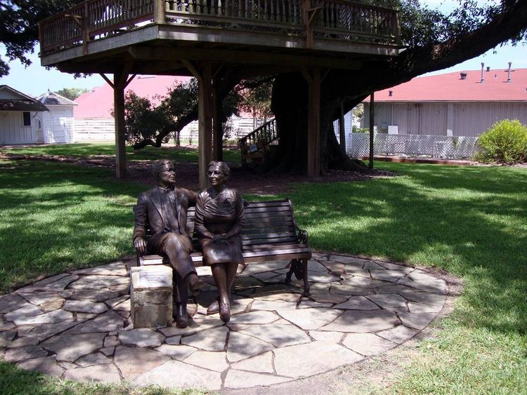 Monuments - Mamie and Albert George, The Spirit of Giving by Edd Hayes - search and link Sculpture with SculptSite.com
