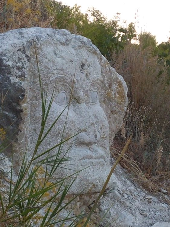 GUARDANDO VERSO EST by Nazareno Spinelli - search and link Sculpture with SculptSite.com